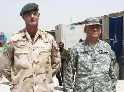 Dutch General Kees van den Heuvel (L) and U.S. Army Colonel James Creighton are seen during the transfer of authority from the Netherlands to the U.S. and Australia in Tarin Kowt, Uruzgan August 1, 2010.(Xinhua/Reuters Photo)