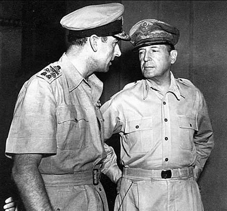蒙巴顿海军上将(左)与麦克阿瑟五星上将在一起
