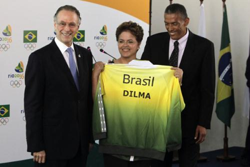 Brazilian presidential candidate for the ruling Workers' Party Dilma Rousseff (C) displays Brazil's Olympic team jacket, while flanked by Brazil's Olympic committee Carlos Nuzman (L) and former Brazilian athlete Joaquim Cruz, during a visit to the Brazilian Olympic committee headquarters in Rio de Janeiro August 2, 2010. Rio de Janeiro will host the 2016 Summer Olympics.(Xinhua/Reuters Photo)