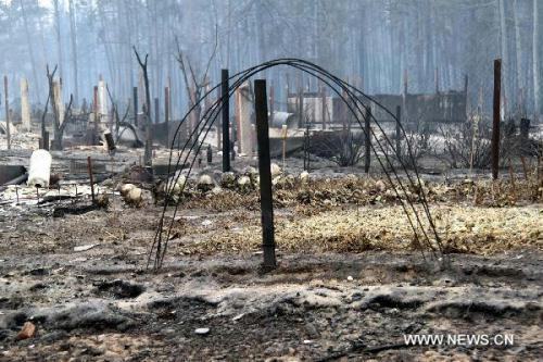 The burnt cottage is pictured after a forest fire in a village some 150 kilometers south of Moscow, capital of Russia, Aug. 2, 2010. Russian President Dmitry Medvedev on Monday declared emergency state in seven regions engulfed by wildfires that have claimed at least 34 people and left thousands of others homeless.(Xinhua/Wei Dafang)