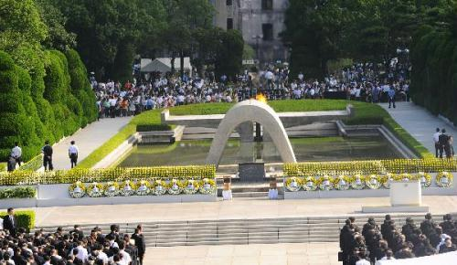 People mourn during the ceremony marking the 65th atomic bomb anniversary in Hiroshima Peace Park, Japan, Aug. 6, 2010. Japan's Hiroshima marked the 65th atomic bomb anniversary on Friday, calling for a world free of nuclear weapons.(Xinhua/Ji Chunpeng)