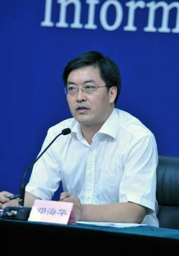 DengHaihua,thespokesmanofChina'sHealthMinistry,speakstopressinBeijing,capitalofChina,Aug.10,2010.China'sHealthMinistryhasinstructedfoodsafetyauthoritiesinHubeiProvincetoinvestigateclaimsthatmilkpowderhascausedinfantgirlstodevelopprematurely.(Xinhua/HeJunchang)