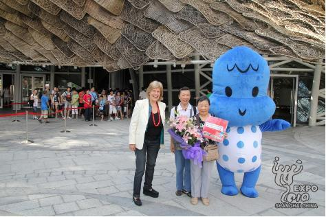 The Spain Pavilion greets its 4 millionth visitor, a 81-year-old woman from Hong Kong, with a bouquet of flowers and a gift pack.