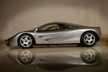 The external view of McLaren F1. The first production McLaren F1 has been put up for sale on Jameslist.com. Priced at 3,175,000 U.S. dollars, the 1995 model only has 300 miles on the odometer. It features silver paint, a 6.1-liter BMW V12 engine, and an enduring legacy as one of the greatest cars ever built. (Photo Source: sport.sina.com)