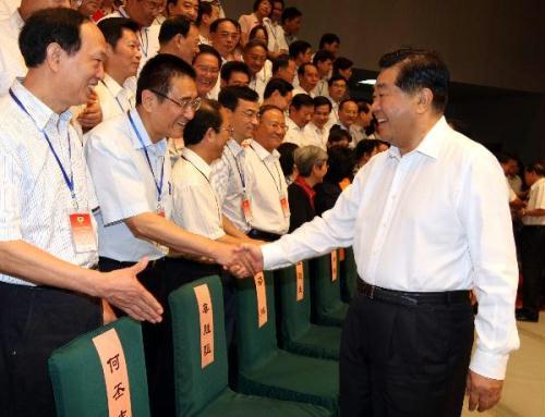Jia Qinglin (R), chairman of the National Committee of the Chinese People's Political Consultative Conference (CPPCC), meets with attendees of a CPPCC symposium on proposals in Beijing, capital of China, Aug. 18, 2010. (Xinhua/Yao Dawei)