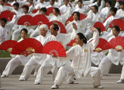 Participants perform tai chi, a traditional form of Chinese martial arts in Beijing on August 8, 2007. (Xinhua/Reuters File Photo)