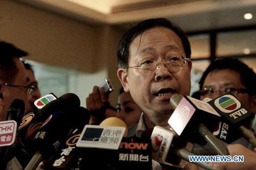 Hong Kong's Under Secretary for Security Lai Tung-kwok (Front) is interviewed by the media in Manila, capital of the Philippines, Aug. 24, 2010. (Xinhua/Jon Fabrigar)