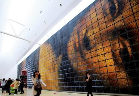 "More than 500 painters, each one painting one unit, have brought together 999 units to create a giant ""Dafen Lisa."""