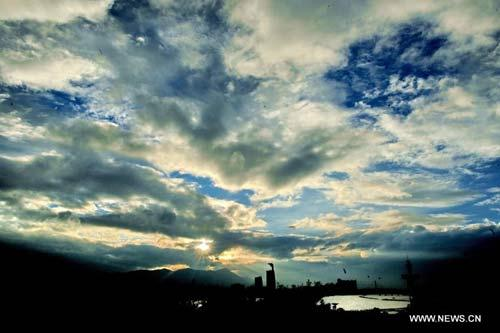 Heavy clouds are seen over the Fuzhou City, capital of southeast China's Fujian Province, Aug. 31, 2010. This year's eighth tropical storm is approaching the coastal areas of Fujian, according to the provincial weather station.(Xinhua/Zhang Guojun)