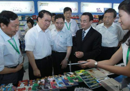Li Changchun (2nd L), a member of the Standing Committee of the Political Bureau of the Central Committee of the Communist Party of China, visits the 17th Beijing International Book Fair in Beijing, capital of China, on Aug. 31, 2010. (Xinhua/Pang Xinglei)
