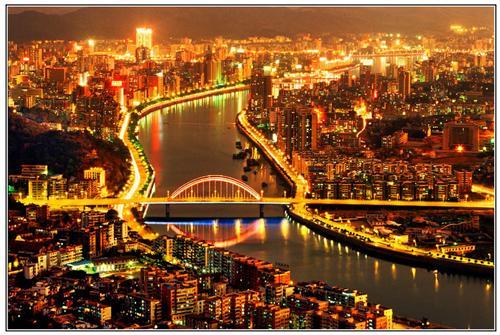 惠州,市南连珠江三角洲,至今已有2100多年的城市历史,是粤北地区政治