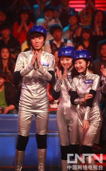 强子哥哥怎么和朱迅在中央1台 主持《 墙来了》啊?