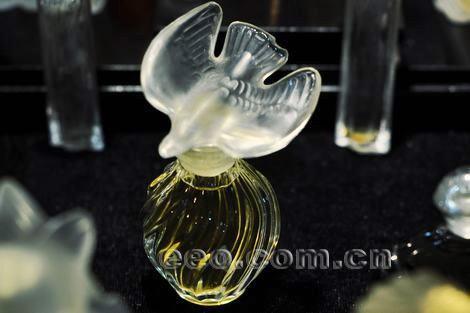 瓶设计师的设计理念,他迷恋香水瓶设计背后的故事