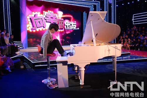 无臂才子刘伟脚趾弹钢琴