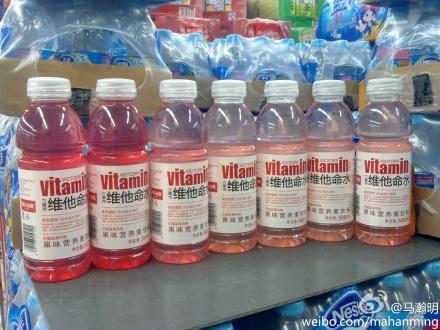 农夫山泉的维他命饮料,这七瓶的颜色差别怎么这么大?