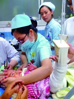 护士在给朵朵进行静脉穿刺治疗