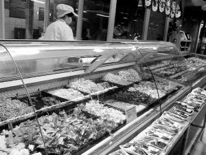 盛夏超市凉拌菜很受欢迎记者冯云云摄