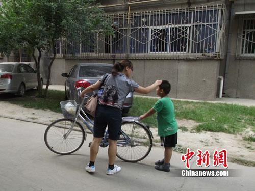 放暑假后,由于父母工作都很忙,没有时间照看他,陈宇凡的妈妈每天都把他送到奶奶家里。任军鹏摄