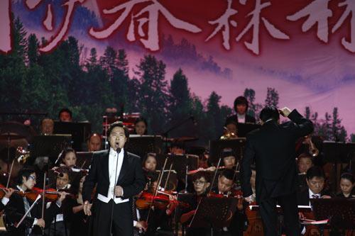 张健一,廖昌永,毛阿敏三位著名歌唱家先后登场,张健一的一曲《跟你走