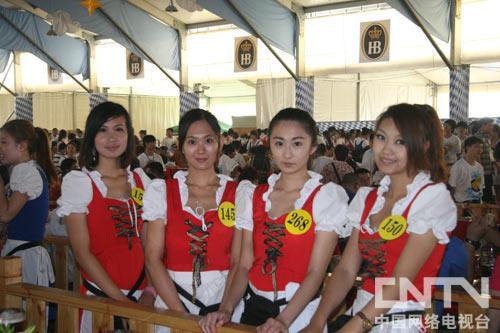身穿德国巴伐利亚传统民族服装的少女