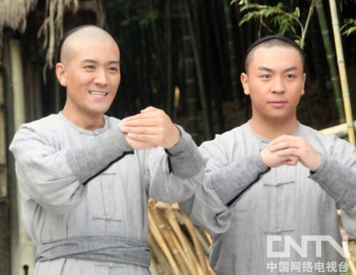 方世玉(杨子饰)和洪熙官(释小龙饰)在剧中情同手足