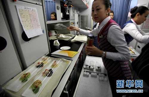 南航A380空乘人员正在为首航旅客准备航餐。新华社记者李方宇摄
