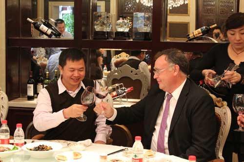 傅钟(左一)品鉴法国王朝葡萄酒