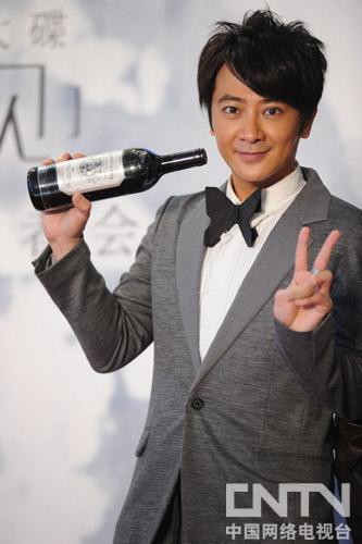 发行公司代表送出道同年红酒