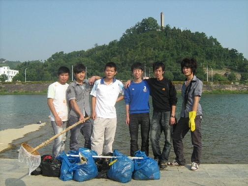 保护母亲河——清理垃母亲河边圾活动