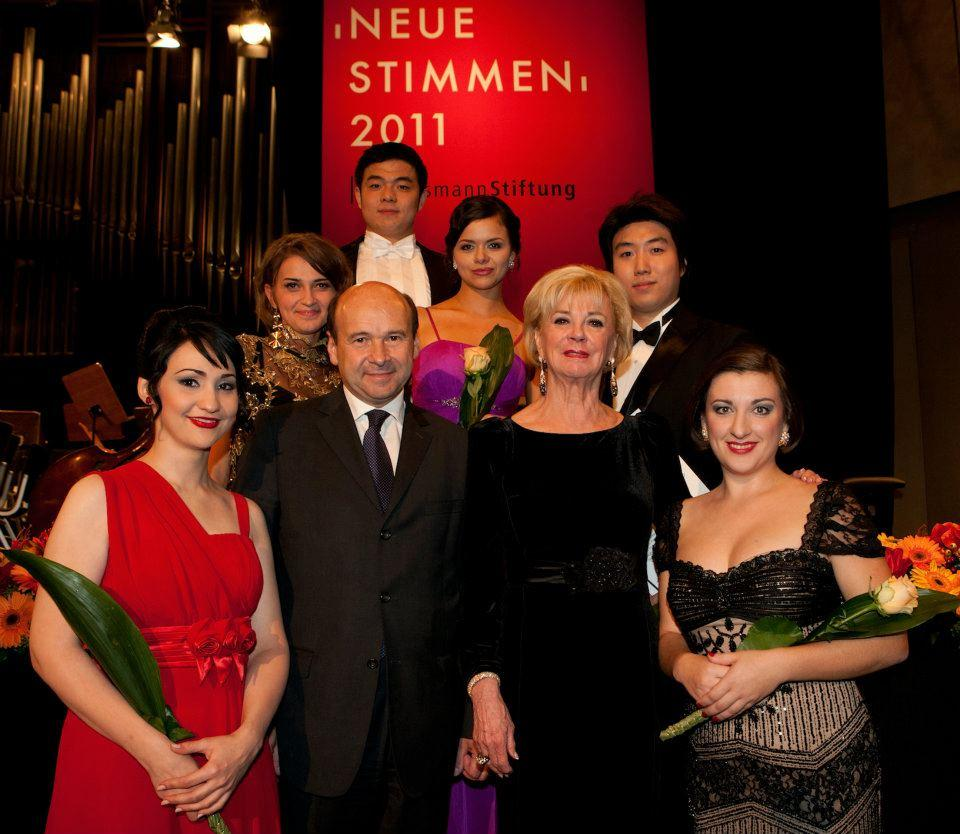 夏侯金旭比赛后与评委们和获奖选手的合影