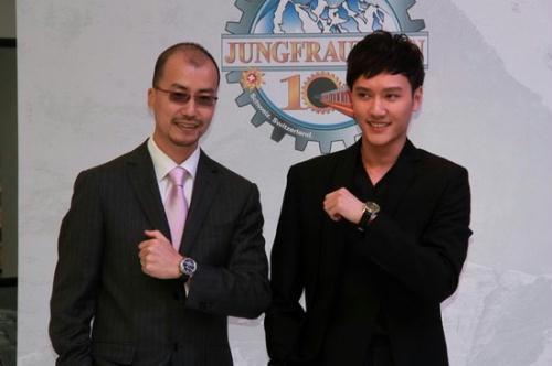 冯绍峰与品牌高层
