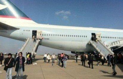 上海浦东机场飞机起火冒烟 乘客紧急疏散3人伤