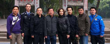 左起:小聂、舒楠、涂涛大队长、柳科长、编导唐中柳、摄像周国海、可爱的司机师傅和小黄.