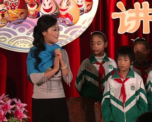 许亚玲老师在讲解淮海戏旦角表演的知识