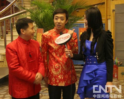 李菁和何云伟在接受记者采访