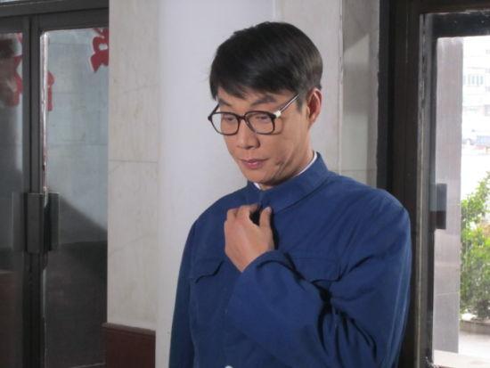 """褚峰《一生只爱你》""""文艺青年""""造型"""