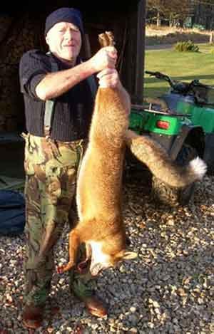 身高一米七的赫普沃斯先生只能刚好提起这只英国最大狐狸。