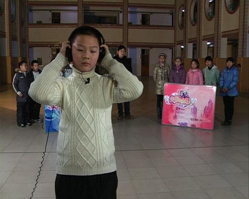 江苏省京剧院演员李舒带领百家湖小学的同学们做听音辨戏游戏