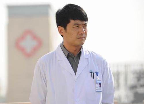 郭晓冬《一日夫妻百日恩》饰演医生罗列