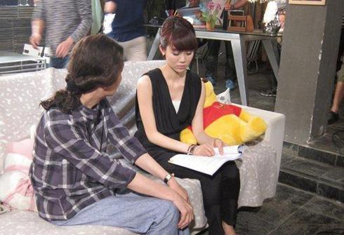 《新儿女情长》中奚美娟(左)和姜妍(右)