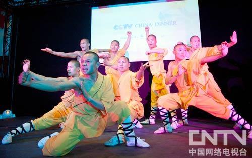 来自中国少林塔沟武术学校的演员,在晚宴现场献上了精彩绝伦的演出,赢得了阵阵喝彩。