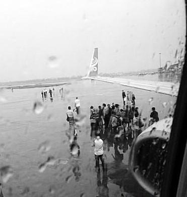 """广州白云机场部分旅客因航班延误冲停机坪""""拦飞机"""""""