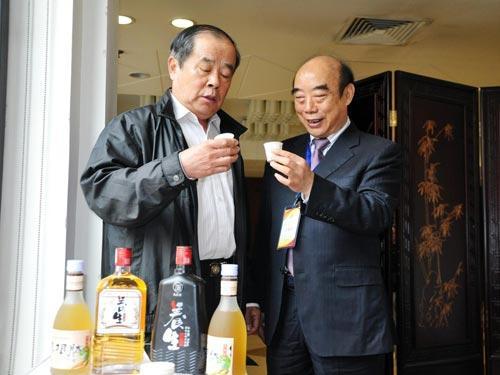 中国发明协会常务副理事长刑胜才品尝并盛赞中国养生肽酒