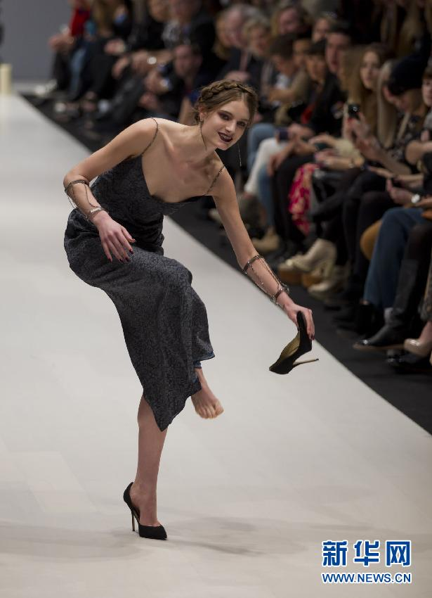 漂亮模特走秀因鞋子不适停在T台上 优雅化解尴