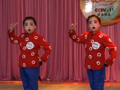 孪生姐妹表演《红灯记》