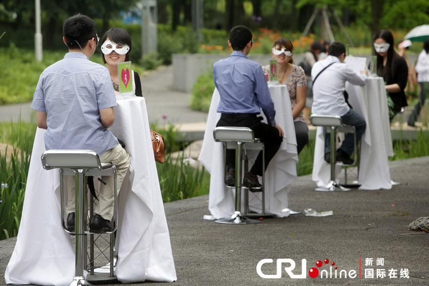上海举行婚恋博览会 剩男剩女戴面具相亲图