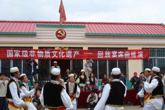 青海回族宴席曲_7月去青海 最美的季节感受淳朴民情_旅游频道_中国网络电视台