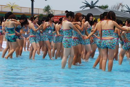 数千名身穿比基尼泳衣的美女排出硕大的