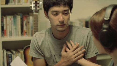 梁静茹在MV中与男主角双手交叠