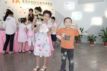 小朋友展示自己在游戏中获得的奖品